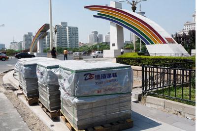 德厦生态渣透水砖在北京复兴门前待铺装